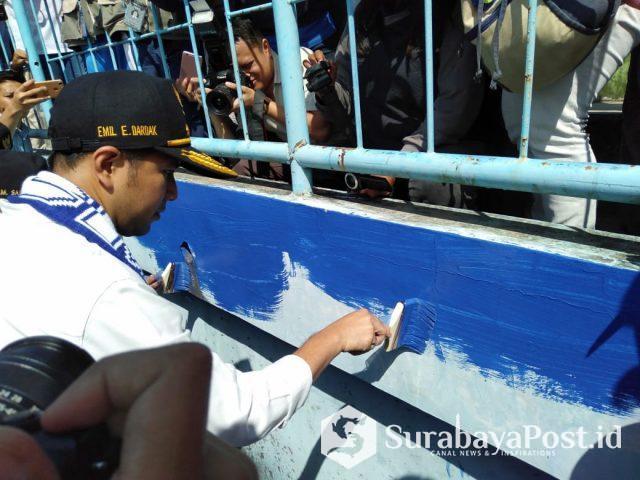 Wagub Jatim Emil Elestianto Dardak ikut membantu mengecat Stadion Kanjuruhan Malang.