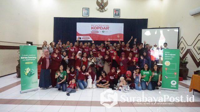 Komunitas Bukalapak Malang dan Surabaya foto bersama dengan GrabExpress. Bukalapak Gandeng GrabExpress Optimalkan Penjualan Online 1.000 Usaha Kecil di 10 Kota Besar.