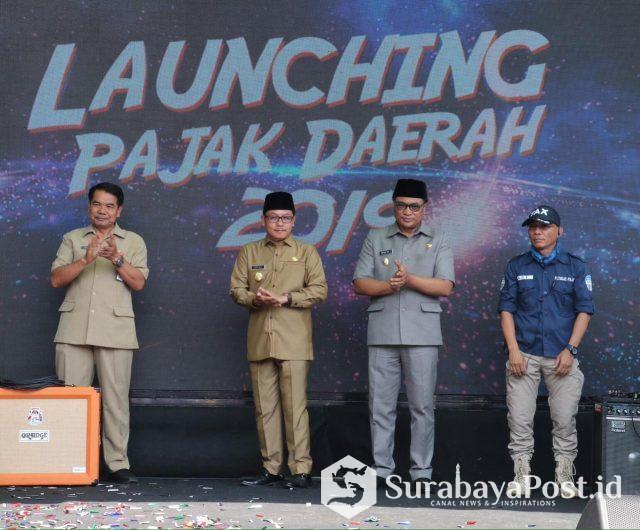 Walikota Sutiaji didampingi Wawali Sofyan Edi Jarwoko dan Sekda Wasto bersama Kepala BP2D Kota Malang Ade Herawanto saat melaunching SPPT PBB 2019.