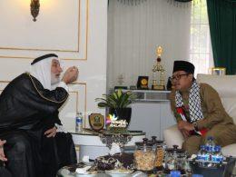 Wali Kota Sutiaji saat menerima kunjungan Syekh Nasif Nasir dari Palestina di ruang kerjanya.