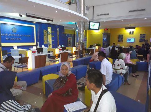 Petugas KPP Pratama Malang Utara cukup sibuk kala memberikan pelayanan kepada masyarakat dalam pelaporan SPT.