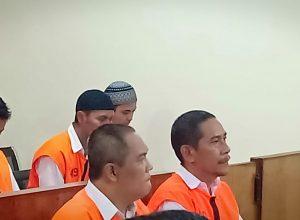 R Dandung Jul Hardjanto (kiri depan) saat hendak disidang di PN Kota Malang.