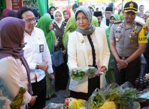 Wali Kota Batu Hj Dewanti Rumpoko usai membuka Pasar Murah Rakyat yang digelar Muslimat NU di Kota Batu.