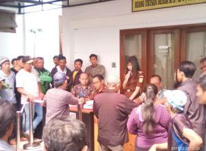 Para pelanggar Lalin mengambil bukti tilang di Kejari Kota Malang.