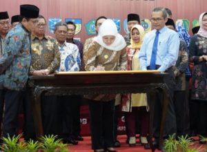 Gubernur Jatim Khofifah Indar Parawansa menandatangani dokuemen terkait pencegahan korupsi.