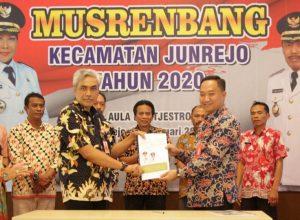 Wakil Wali Kota Batu, Punjul Santoso bersama Camat Junrejo dan Kades Junrejo, serta pejabat yang lain