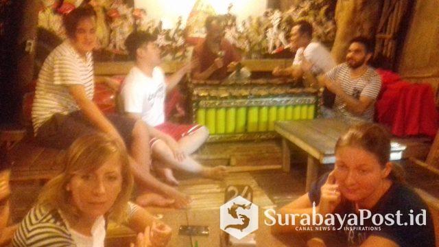 Mahasiswa mancanegara IKIP Budi Utomo Malang kala belapar seni tradisional, gamblang di Rumah Makan Mbah Gito, Yogyakarta.