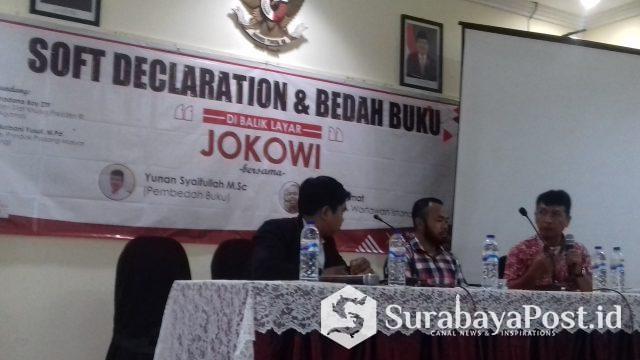 Agus Rahmat (tengah) dan Yunan Syaifullah (kanan) saat diskusi bedah buku Di Balik Layar Jokowi yang digelar di Hotel Sahid Montana 2 Kota Malang, Sabtu (9/3/2019).