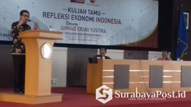 Staf Khusus Presiden Bidang Ekonomi Prof Ahmad Erani Yustika saat memberikan paparan dalam kuliah tamu bertajuk Refleksi Ekonomi Indonesia di kampus UMM.