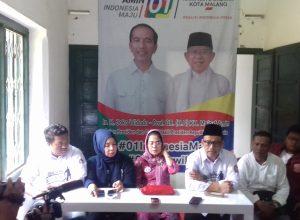 Sekretaris DPD PDIP Jatim Sri Untari (berbaju dan kerudung merah) didampingi Ketua Panitia Kampanye Jokowi-Ma'ruf di Malang Wanedi (berkorban hitam) saat memberikan keterangan pers terkait kampanye Jokowi di Banyuwangi, Jember dan Kota Malang, Minggu (24/3/2019).