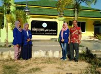 Tiga mahasiswa IBU Malang didampingi dosen pendampingnya, Jazuli MPd saat tiba di Lembaga pendidikan Lukmanulhakeem Yala Thailand.