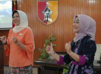 Walikota Batu Hj Dewanti Rumpoko (kiri) kala membekali para guru untuk menangani siswa ABK.