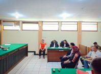 Notaris Benediktus Bosu (baju putih) berkaca mata pegang map kuning saat memberikan kesaksian dalam persidangan dengan terdakwa Maria Purbowati di PN Kota Malang.