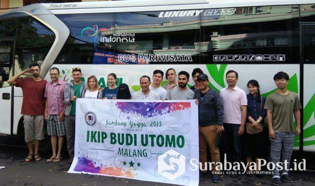 Rektor IKIP Budi Utomo Malang Dr Nurcholis Sunuyeko MSi (tengah) foto bersama mahasiswa asing saat hendak menuju Yogyakarta.