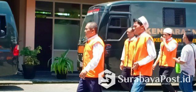 Terdakwa kasus pemalsuan dokumen tanah milik PT STSA, Dandung Jul Hardjanto  (depan) usai menjalani persidangan di PN Malang.