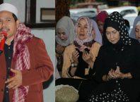 Walikota Hj Dewanti Rumpoko mengamini doa KH Kholili dalam acara pengajian bareng ibu-ibu se Kota Batu.