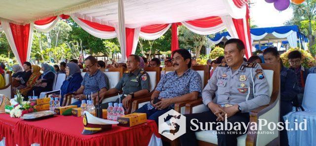 Camat Lowokwaru, H. Imam Badar (dua dari kanan) disaat menghadiri pembukaan Pentas Kreatif Seni *TAZOKRAF 2019* di Taman Merjosari, Kota Malang.