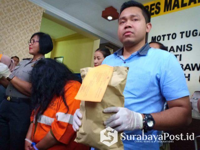 Kasat Reskrim Polres Malang Kota, AKP Komang Yogi Arya Wiguna kala merilis tersangka penguras ATM sahabatnya sendiri.