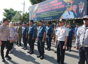 Wali Kota Dewanti Rumpoko didampingi Kapolres Batu AKBP Budi Hermanto saat mengecek kesiapan pasukan pengamanan Pemilu 2019.