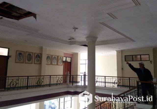 Atap Gedung DPRD Kota Batu dibiarkan bocor.