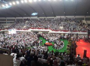 Capres nomor urut 01, Joko Widodo di tengah puluhan ribu pendukungnya saat berkampanye di GOR Ken Arok Malang.