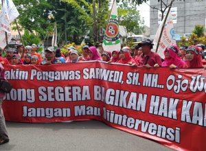 Ratusan buruh BUMN PT Kertas Leces Probolinggo kala unjuk rasa di Pengadilan Negeri Tata Niaga Surabaya.