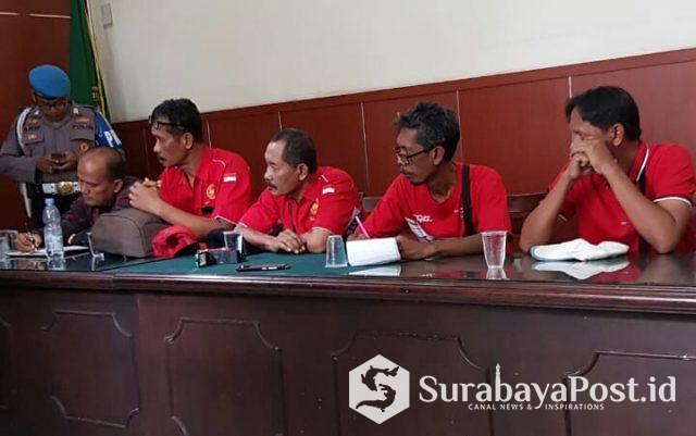 Perwakilan karyawan BUMN PT Kertas Leces Probolinggo kala berdialog dengan Hakim Pengawas Sarwedi.