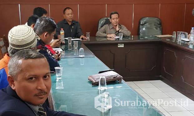 Para buruh BUMN PT Kertas Leces Probolinggo didampingi kuasa hukumnya, Indra Bayu SH MKn saat bertemu Hakim Pengawas Sarwedi di PN Surabaya, Jatim.