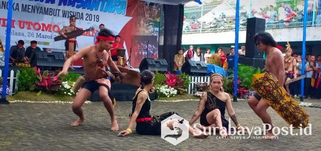 Tari Perang dari Kalimantan Barat yang ikut mewarnai Pentas Budaya Nusantara yang digelar di Kampus C IKIP Budi Utomo Malang.