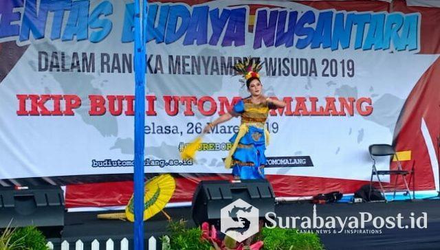 Tari Pesta Panen dari Kalimantan Utara yang ditampilkan Camelia jurusan PJKR.