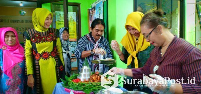 Ketua Tim Penggerak PKK Kota Malang, Widayati menyaksikan Camat Lowokwaru Imam Badar membantu menguasai tumpang.