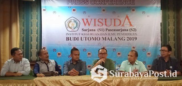Rektor IBU Malang Dr Nurcholis Sunuyeko didampingi para Wakil Rektor dan Kepala Pusat Kerjasama dan Humas Dr Rochsun MKes.