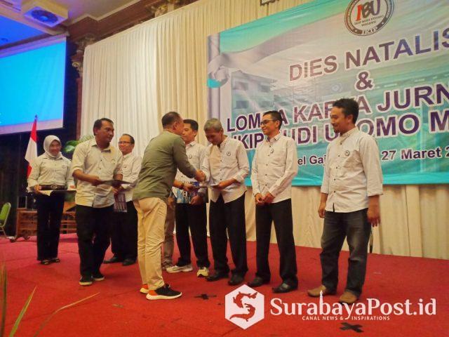 Rektor IKIP Budi Utomo Malang Dr H Nurcholis Sunuyeko menyerahkan piagam penghargaan pada juri Yunanto dan juri lainnya.