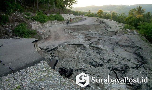 Kondisi infrastruktur jalan Sabuk Merah di Desa Alas Kecamatan Kobalima Timur Kabupaten Malaka Provinsi NTT yang putus sejak sebulan yang lalu.