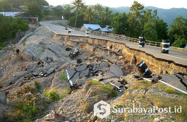 Kondisi infrastruktur jalan Sabuk Merah di Desa Kota Biru Kecamatan Kobalima Timur Kabupaten Malaka Provinsi NTT yang nyaris putus.