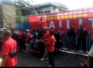 Eks-karyawan PT Kertas Leces Probolinggo melakukan aksi unjuk rasa. Mereka menentang site visit studi kelayakan pengoperasian pabrik sebelum hak karyawan diselesaikan oleh kurator.