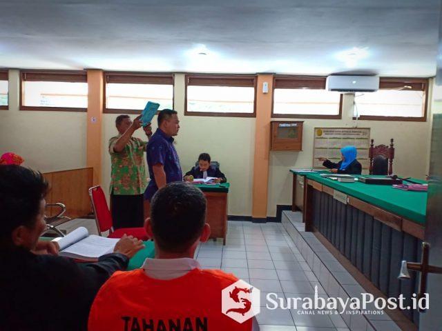 Mantan Camat Blimbing Handy Priyanto disumpah sebelum memberikan kesaksian dalam kasus pemalsuan dokumen AJB di Pengadilan Negeri Kota Malang..