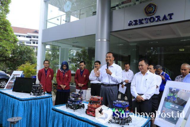 Rektor UMM Dr Fauzan MPd saat melepas tim robot yang akan berkompetisi di Amerika Serikat.