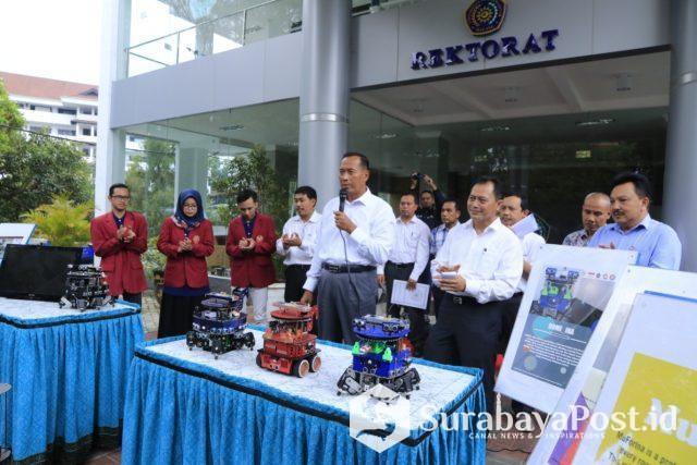 Rektor UMM Dr Fauzan MPd saat melepas tim robotik yang bakal berkompetisi di Amerika Serikat.