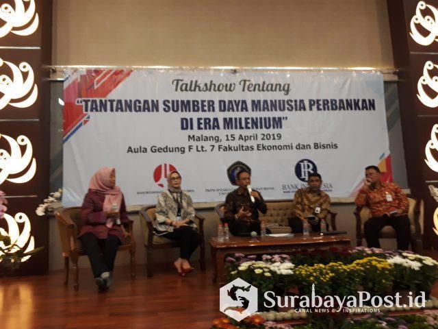 Pimpinan perbankan saat memberikan  materi dalam talk show bertajuk Tantangan SDM Perbankan di Era Milenial yang digelar di kampus Universitas Brawijaya Malang.