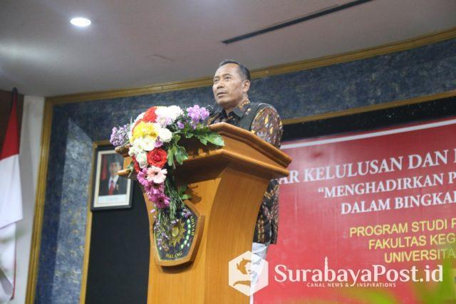 Rektor UMM Dr Fauzan MPd saat melepas guru yang dinyatakan lulus sertifikasi.