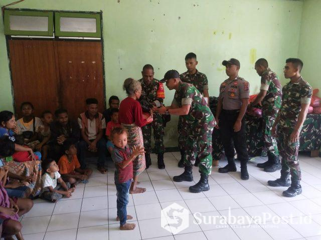 Penyerahan bantuan sembako dan pakaian layak pakai yang diterima seorang ibu di Oepoli Kecamatan Amfoangp Timur Kabupaten Kupang, Minggu (14/04/2019).