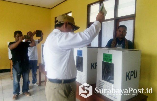 Bupati Malaka Stefanus Bria Seran saat menggunakan hak pilihnya di TPS 4 Desa Haitimuk Kecamatan Weliman Kabupaten Malaka.