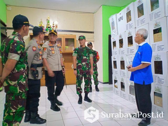 Kapolres Malang Kota AKBP Asfuri bersama Dandim 0833 Kota Malang, Letkol Inf Tommy Anderson saat meninjau pengiriman kotak suara di Kantor Kecamatan Blimbing
