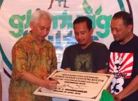 Prof Mochamad Bisri saat penandatanganan peresmian prasasti Kampung Urban Glintung Kultur.