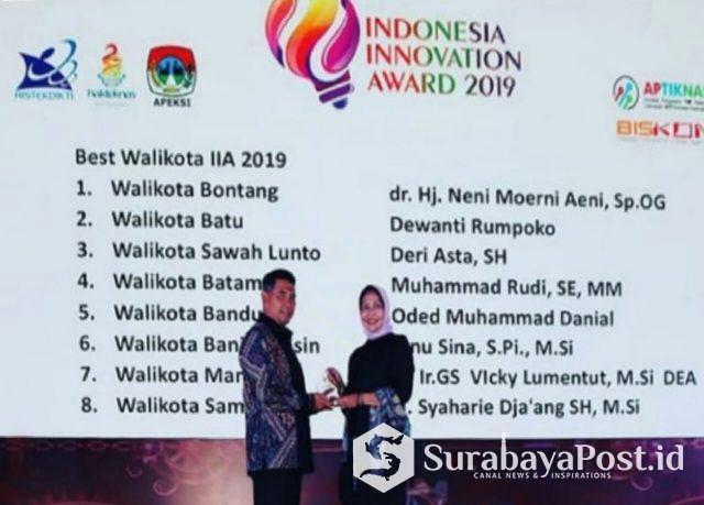 Wali Kota Batu Hj Dewanti Rumpoko saat menerima penghargaan sebagai Wali Kota inovatif.