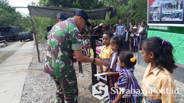 Komandan Satgas Pamtas RI-RDTL Sektor Barat 742/GN Mayor Hendra Saputra menyalami siswa-siswi SDK Manamas.