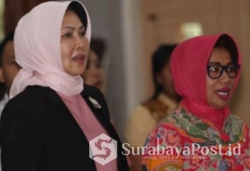Wali Kota Batu Hj Dewanti Rumpoko (kiri) didampingi Kabag Humas Pemkot Batu Suliyanah.