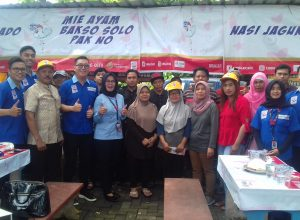Para pedagang pose bersama pihak Bank Sampoerna pose bersama usaiemgikuti edikasi literasi keuangan di Pujasera Taman Sulfat Kota Malang, Kamis (2/5/2019).