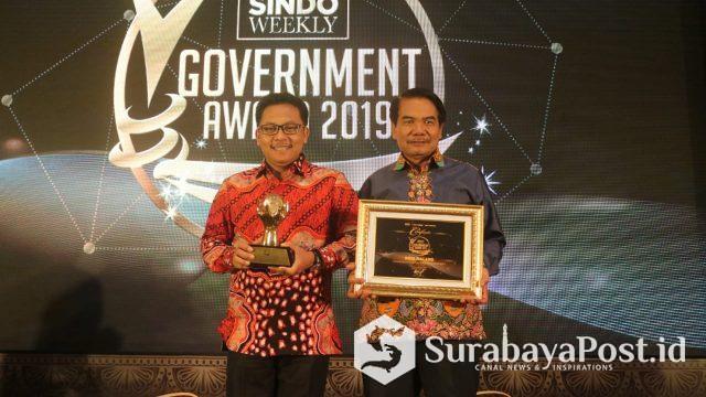 Wali Kota Sutiaji bersama Sekda Wasto saat menerima penghargaan.